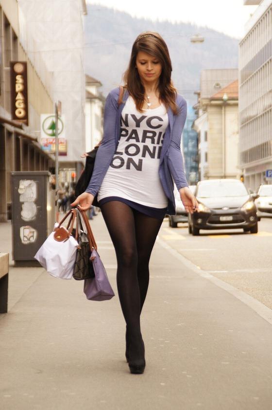 Tシャツに黒タイツだけで街を歩く女性