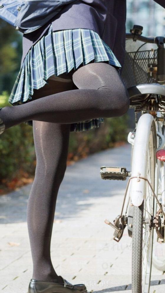 女子高生の黒タイツとパンチラ?