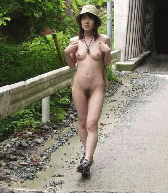 山道をリュック背負って全裸ハイキング