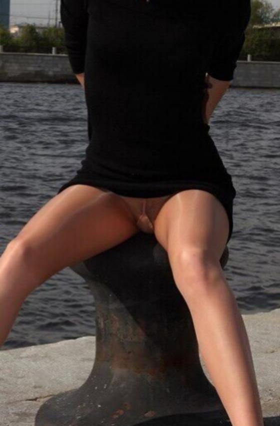 港で股を開いて座っているノーパンパンストの女性(拡大)