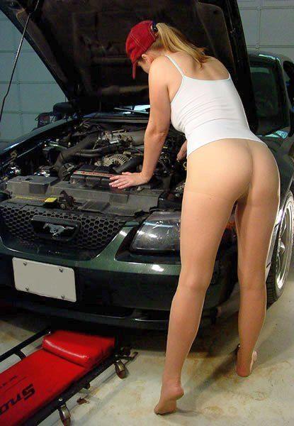 ノーパンパンストで自動車の整備