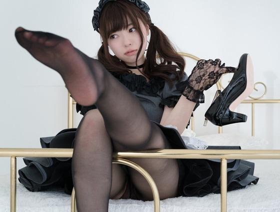 ゴスロリ少女の黒パンストの足