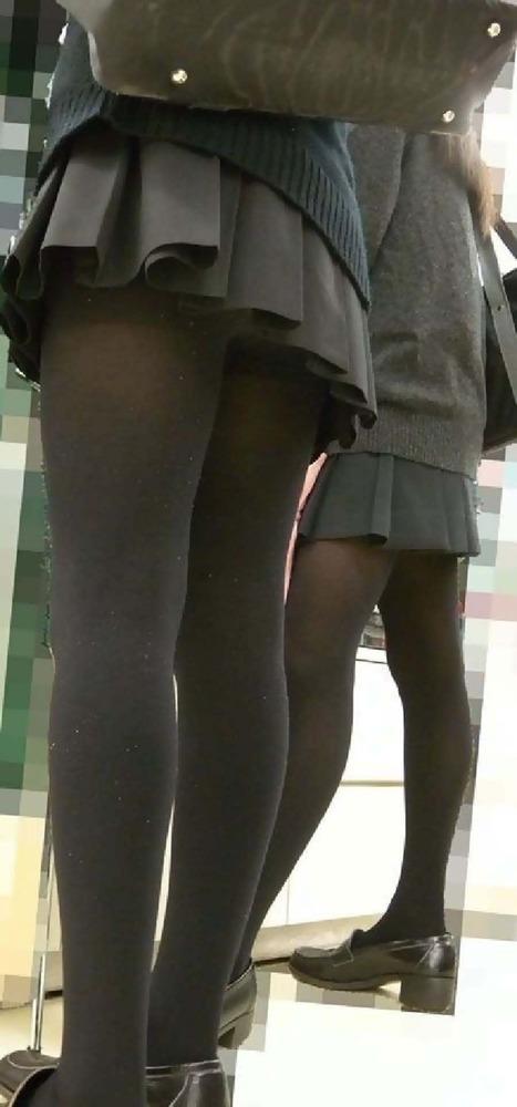 黒タイツに制服の女子高生