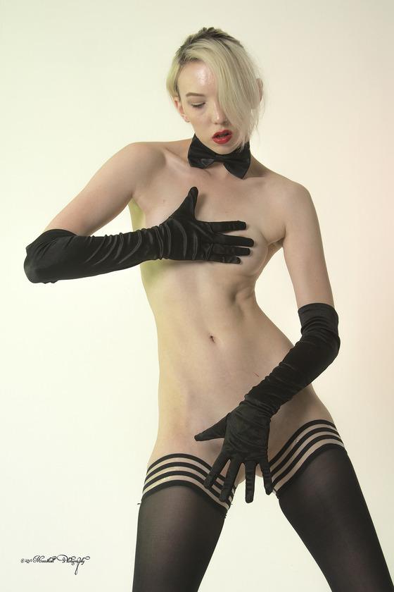 全裸にロング手袋とストッキングだけの女性