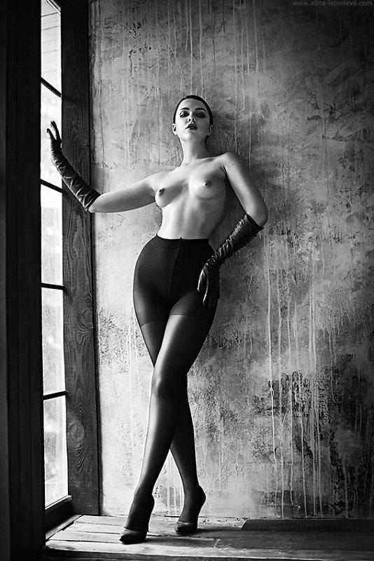 全裸に黒タイツとロング手袋だけの女性