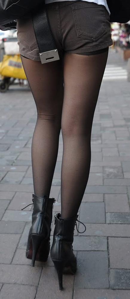 ショートパンツに黒タイツの女性