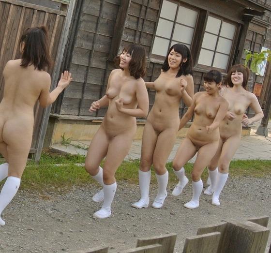 パイパン女子高生の全裸野外授業