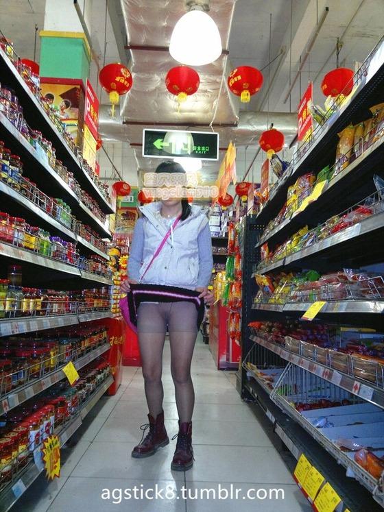 スーパーの中でノーパンパンスト露出