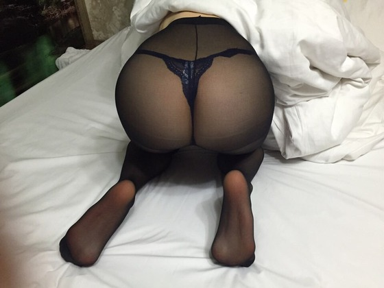 黒タイツのお尻と足の裏