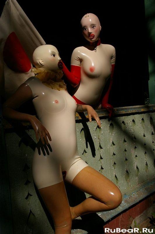 肌色のラバースーツを着てとマスクを被った二人の女性