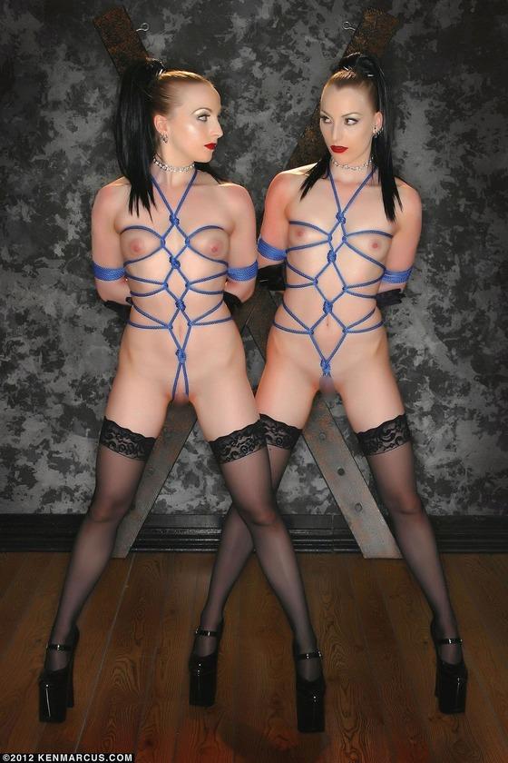 全裸に黒ストッキングの女性がロープで拘束されている画像
