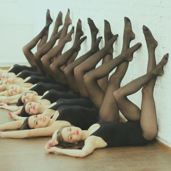 レオタードに黒パンストの女性の集団