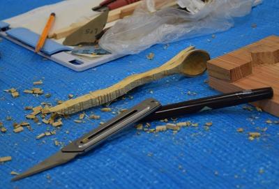 スプーンの柄に入れた櫛の歯状の切れ目を折り取った状態