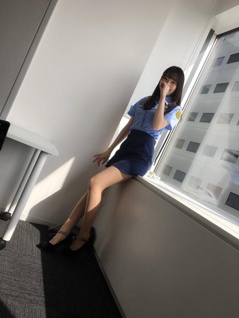 松井咲子のミニスカポリスの格好