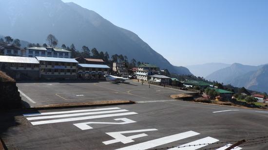 ネパール 荷物を運ぶ人たち。