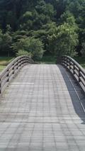 正面から見た川崎城址公園の橋