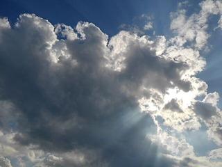 太陽の前の大きな雲