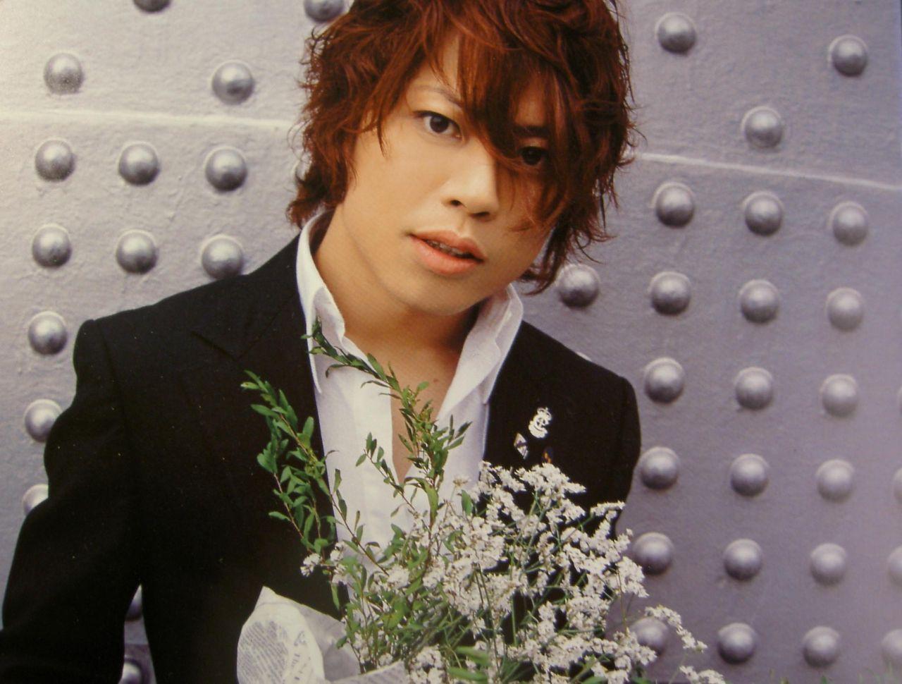 白い花束を持った西川貴教