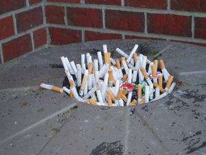 パチ屋にて、非喫煙者の隣でタバコ吸うと悪いから喫煙スペースに行こうと離席→ウゼーって思われることがあるらしい・・・