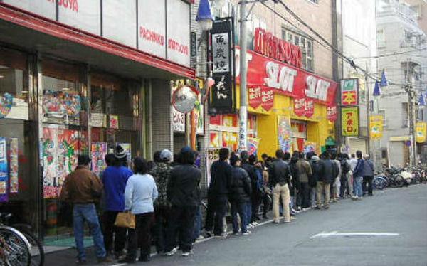 朝イチ抽選に150人も並んでる店でスロット打った結果wwwwwww