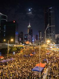 800px-Umbrella_Revolution_in_Admiralty_Night_View_20141010