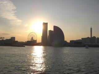 夕日に浮かぶみなちみらいの高層ビル群
