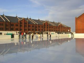 赤レンガ倉庫前でスケート