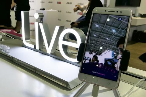 便利なLEDライトを前面に備えるライブストリーミング特化スマホ「ASUS ZenFone Live ZB501KL」を写真で紹介【レポート】 - S-MAX