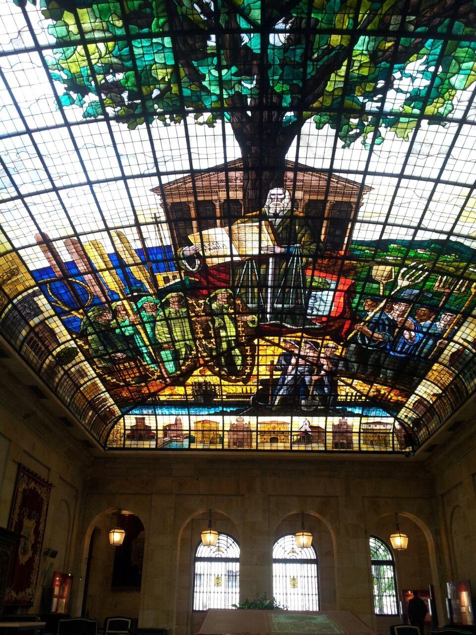 ゲルニカの議場の天井は、見事 ...