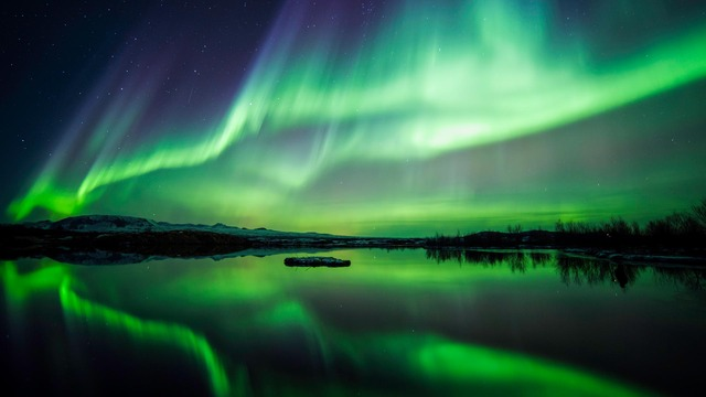northern-lights-lake-thingvellir-national-park-iceland