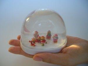 完成です。水を入れてすぐは人形などに細かな泡がつく事があります。数日時間をかけると大きな泡になるので再度水を入れます。兆時間経過すると水が濁るのでその際は水を取り替えます。強く振るとドームと台座が外れるので慎重に丁寧にゆっくり振ります。
