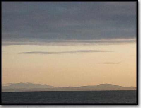 銭函の早朝の海と山々