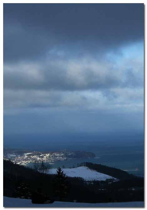 朝里スキー場から新年の小樽港を