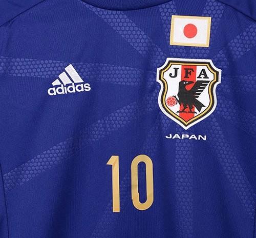 日本代表のユニって赤や白が多いのに、何でサッカーは青なの?