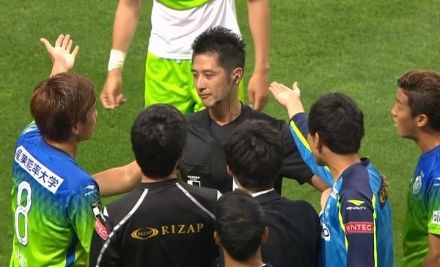 誤審に抗議する湘南の選手達