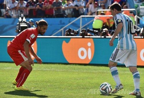 なんでサッカー選手って1対1になったときにらめっこしてお互い動かないの??