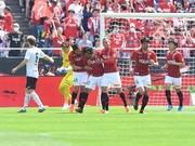 先制ゴールを決めて喜ぶ浦和の選手達