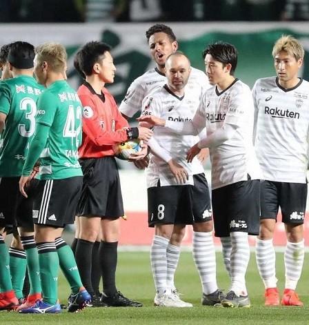 主審に抗議する神戸の選手達
