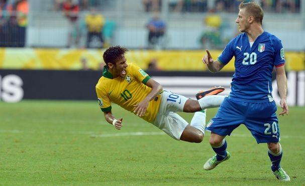お前ら「サッカー選手は痛がるふりやめろ、ゴロゴロすんな」
