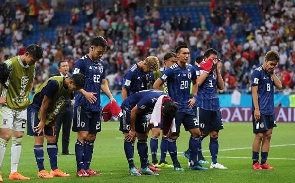 ベルギー戦後サポーターにあいさつする日本代表の選手達
