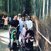 京都を観光するイニエスタファミリー