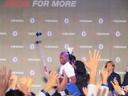 イベントで集まったファンに自撮り棒を掲げるドログバ