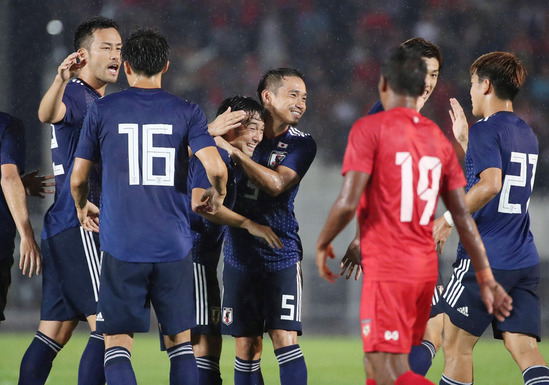 先制ゴールを決め喜ぶ中島ら日本代表の選手