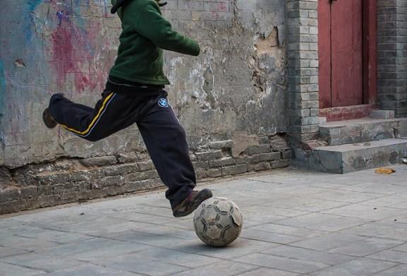 家の前の道路でサッカーやられてるんだが