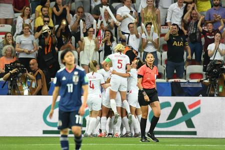 先制ゴールを決めて喜ぶイングランドの選手達