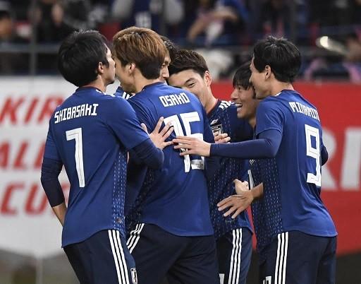 中島のゴールを祝福する選手達