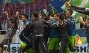 山根の決勝ゴールに歓喜する湘南の選手とスタッフ達