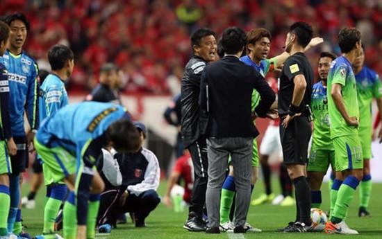 誤審に抗議する湘南の選手と監督