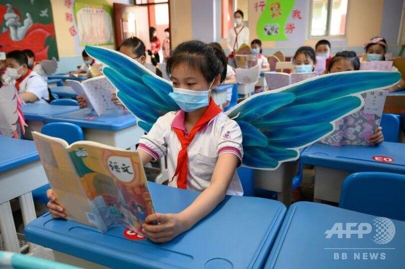 ◆画像◆中国共産党、10歳の女児に羽を授ける