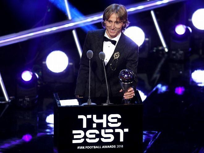 """<モドリッチ>FIFA年間最優秀選手に! C・ロナウド、メッシの""""2強時代""""に終止符...「夢が実現した…」"""